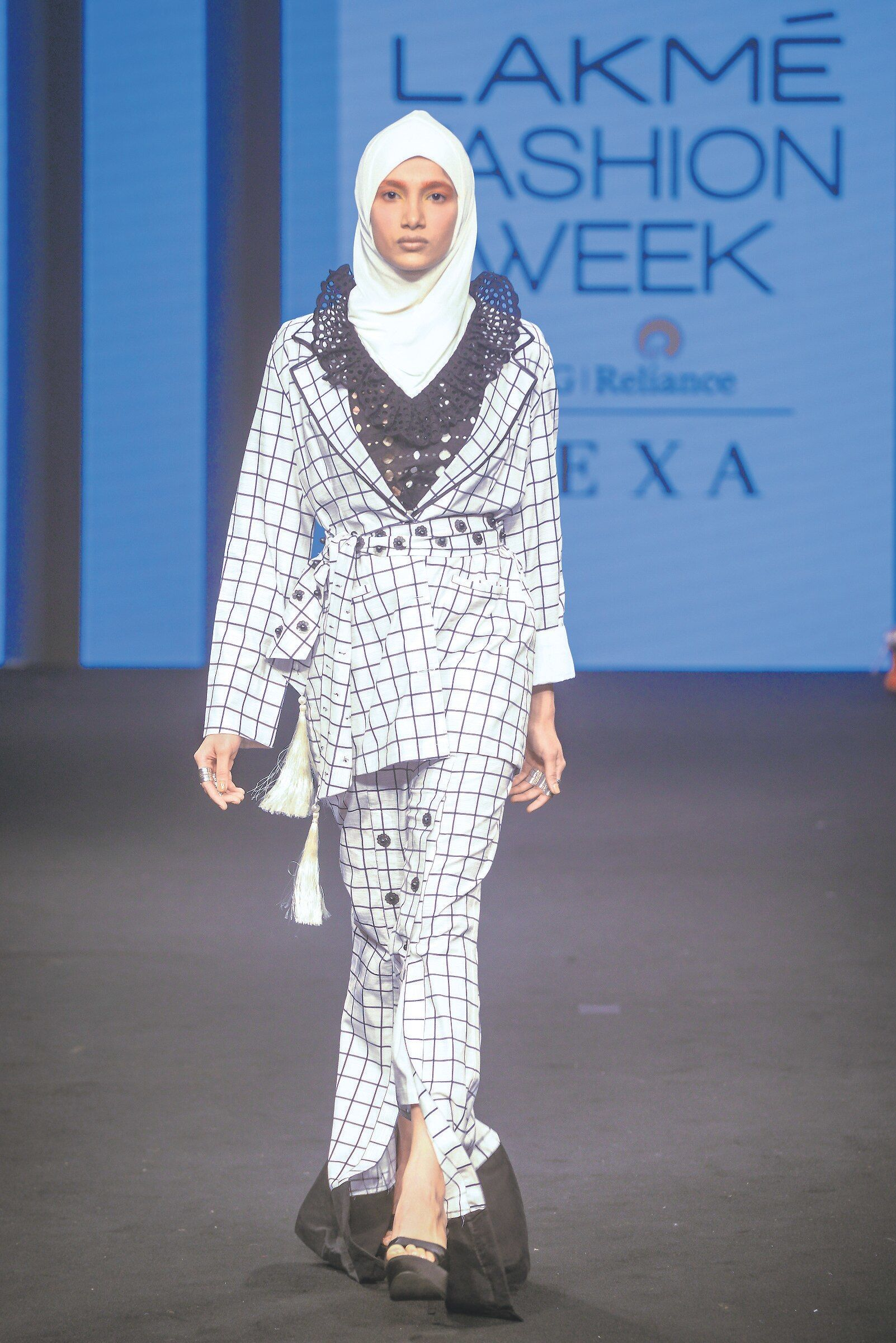 Muneeba Nadeem's modest collection at the Summer Fashion Week / Modern Restaurant in Lacme 2019