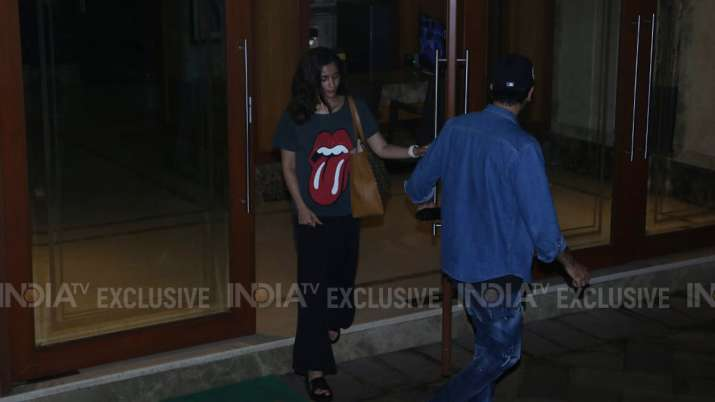 India Tv - Ranbir Kapoor, Alia Bhatt visit Sanjay Dutt as his residence