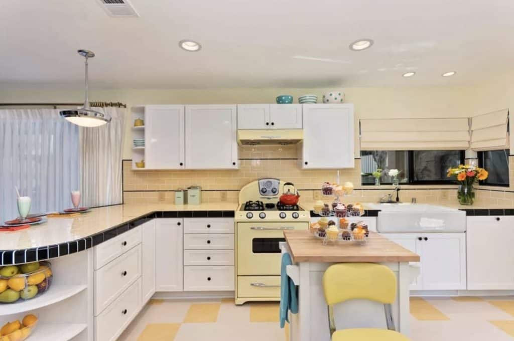 A cheerful atmosphere in a mid-century kitchen (par. jacksondesignandremodeling.com)