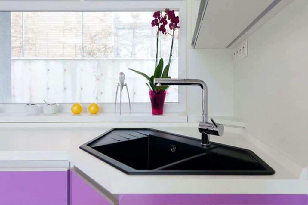 A modern and elegant black sink (par. homedit.com)