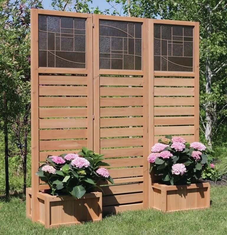 Beautiful decorative privacy screen with planters (par. visualhunt.com)