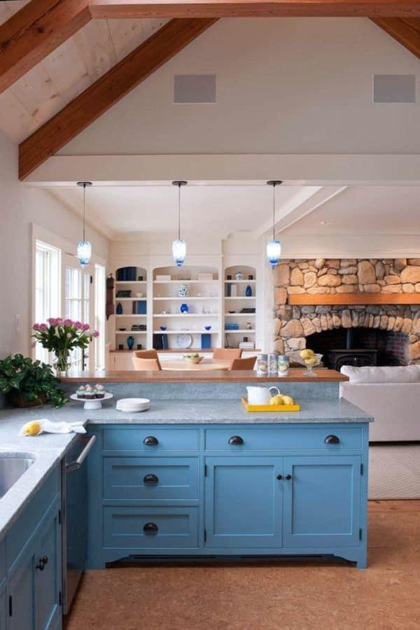 Blue cabinets in the field kitchen (par. thekitchn.com)