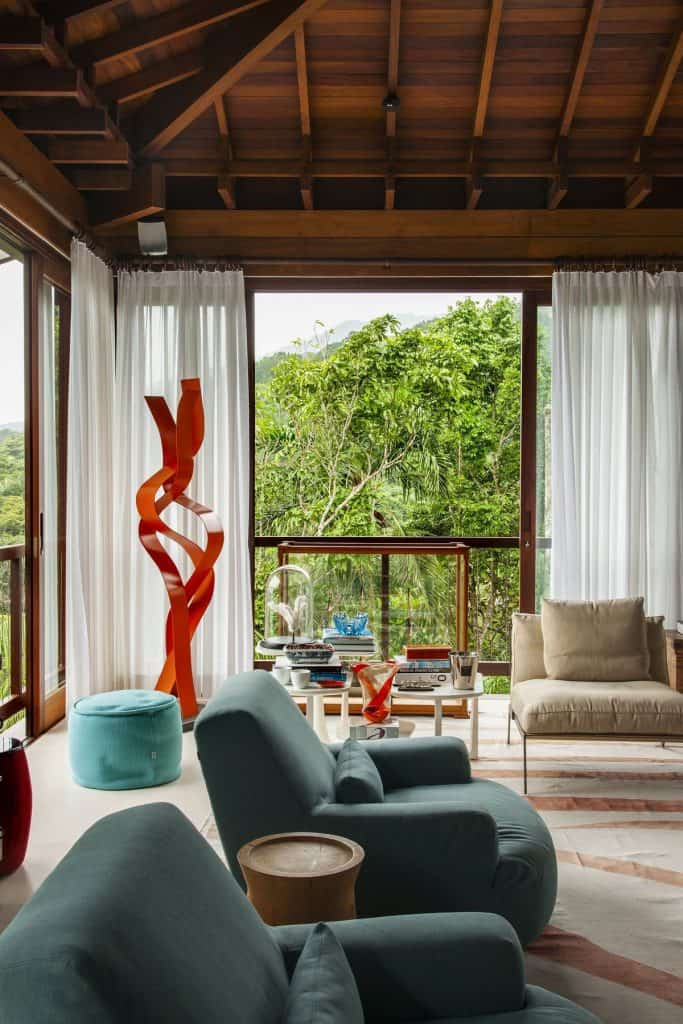 Ceiling-high windows in the bungalow (par. deringhall.com)