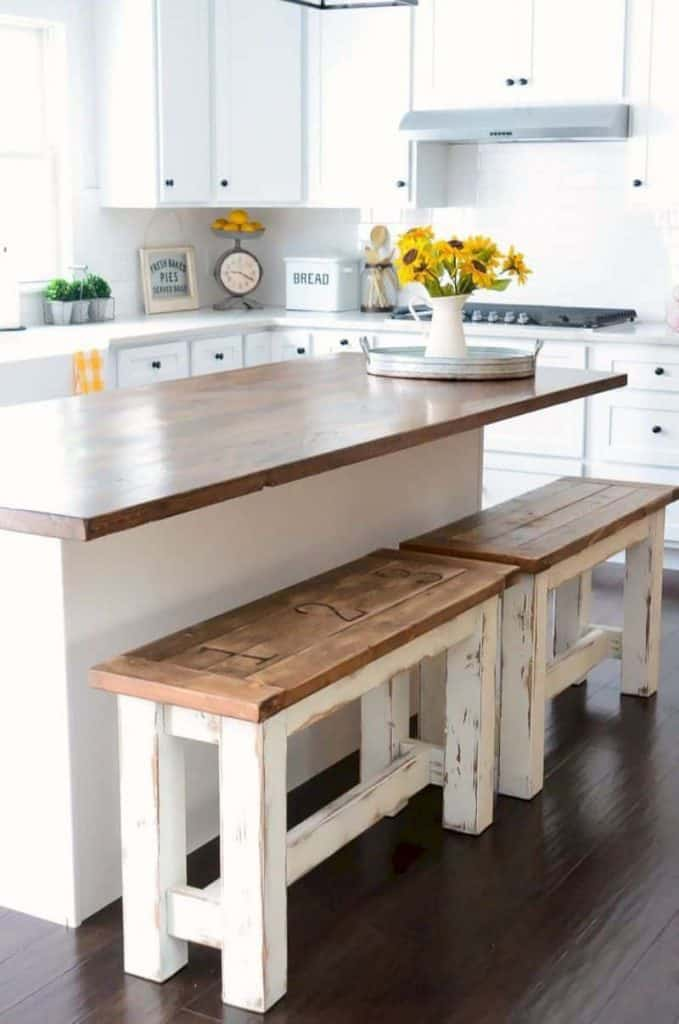 Comfortable white kitchen with cooking island and bench (par. thesavvycouple.com)
