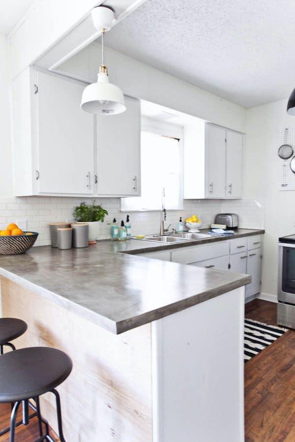 Cupboards and fresh white backsplashes (on the website elledecor.com)