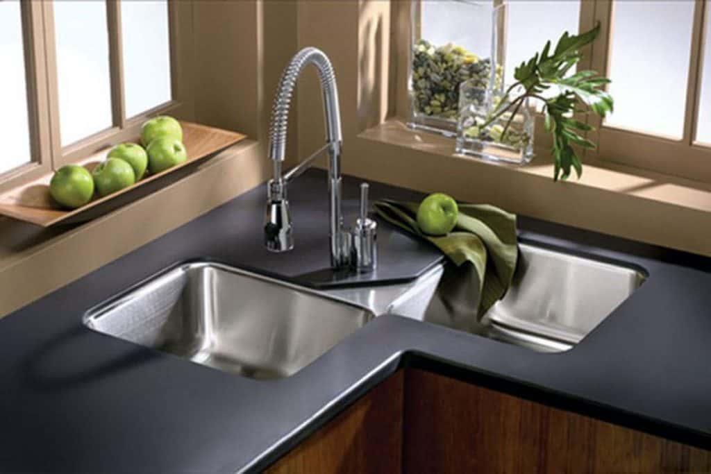 Double modern sink with double taps (par. homedit.com)