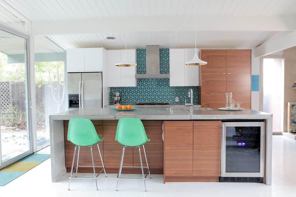 Gallery kitchen with large island (par. destinationeichler.com)