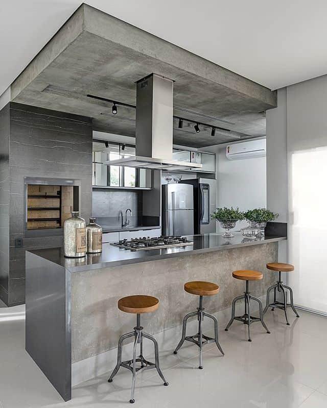 Grey cabinets in a modern industrial kitchen (par. @fellipelima.fotografia)