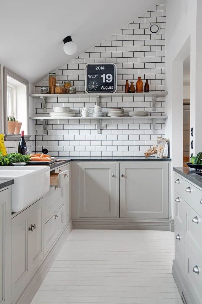 Grey cabinets in a small kitchen (by. homedit.com)
