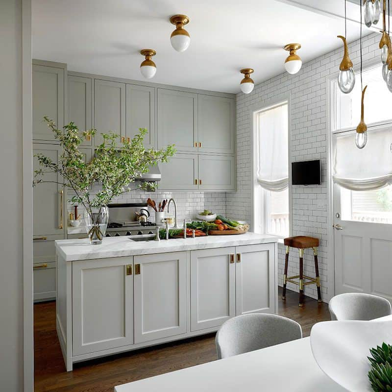 grey kitchen in a romantic touch (by. laurelberninteriors.com)