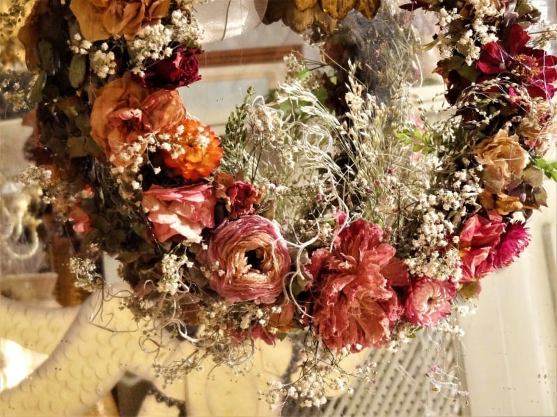http://server.digimetriq.com/wp-content/uploads/2020/12/1608955641_952_Crafty-Ways-to-Reuse-Dry-Floral-Arrangements-for-Home-Decor.jpg