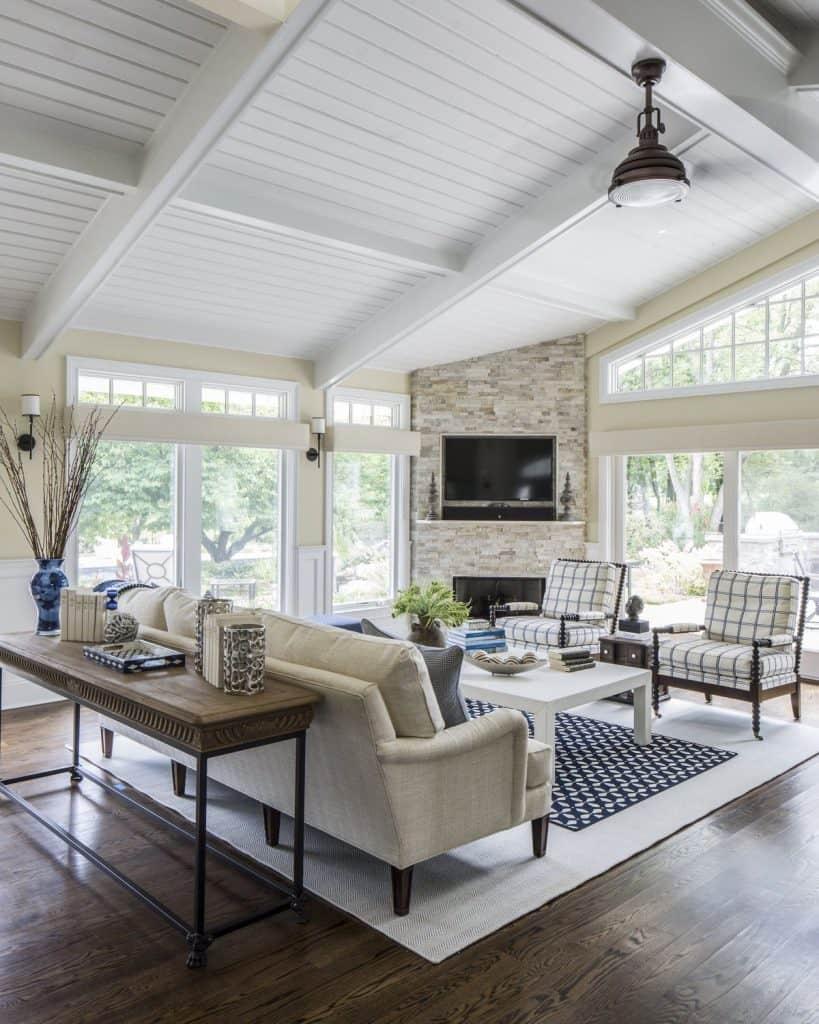 Large windows for a spacious living room (par. deringhall.com)