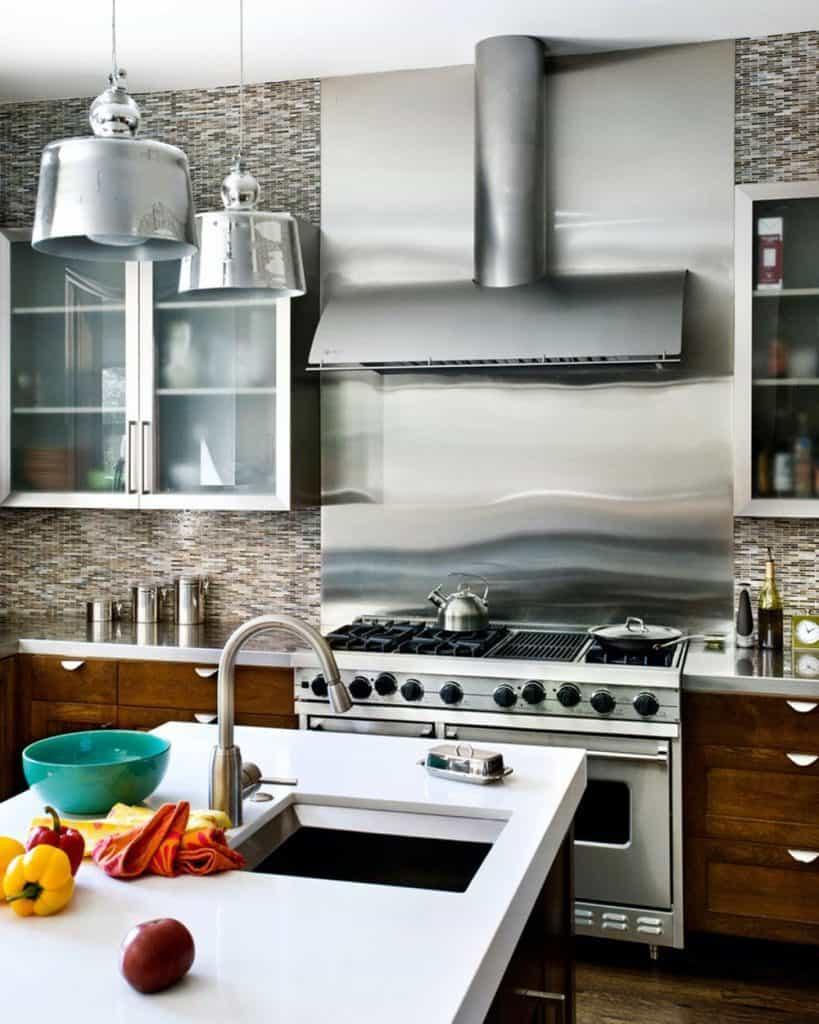 Metal backsplash in modern industrial design (par. bernardandre.com)