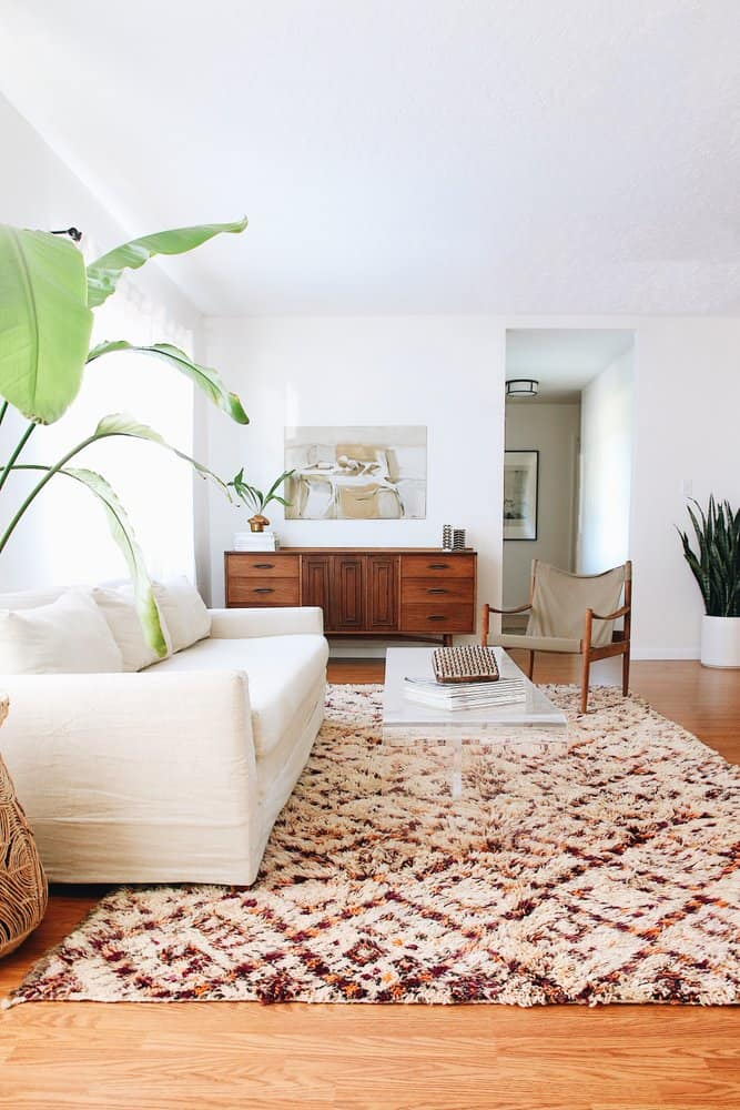 Minimalistic living room with vintage Moroccan carpets (on greenbodygreenhome.bigcartel.com)