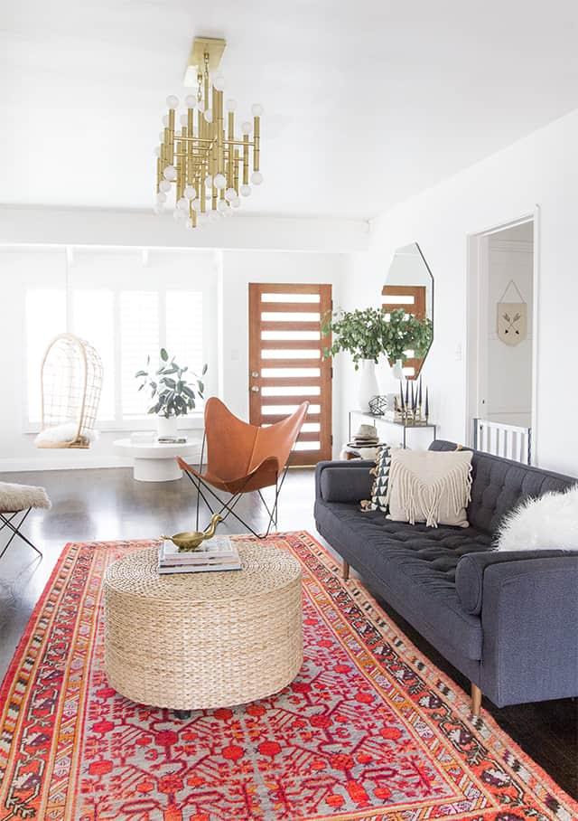 Modern and spacious living room with Persian carpet (by. sarahshermansamuel.com)