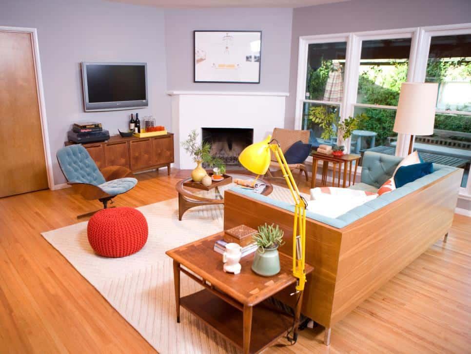 Modern grey living room with wooden sofa (par. hgtv.com)