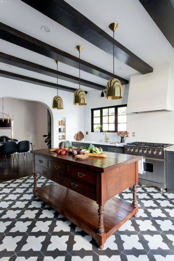 Monochrome Spanish kitchen with wooden worktable (par. peerspace.com)