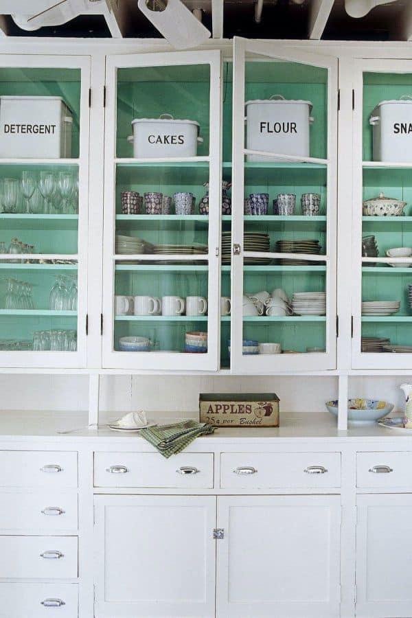 Pop Color in White Cabinets (par. housebeautiful.com)