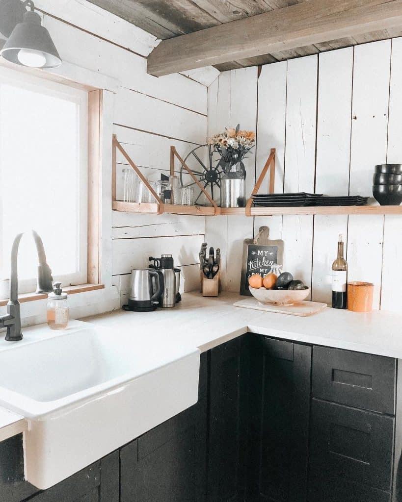 Rustic white wood kitchen (par. @joriwilkinson)