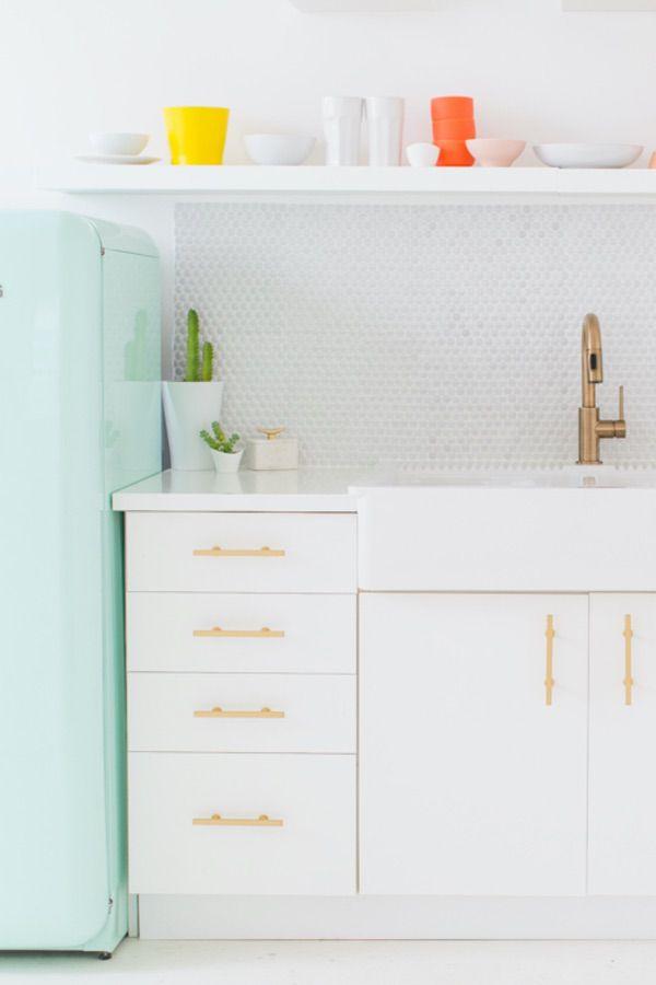 Single white cabinet (par. sugarandcloth.com)