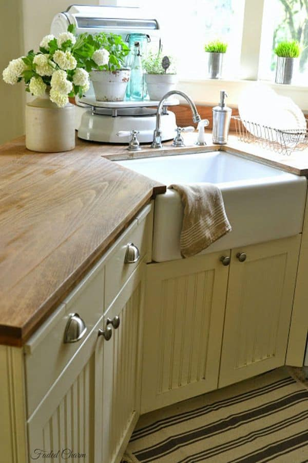 Small corner sink with spice jars (on fadedcharmcottage.blogspot.com)