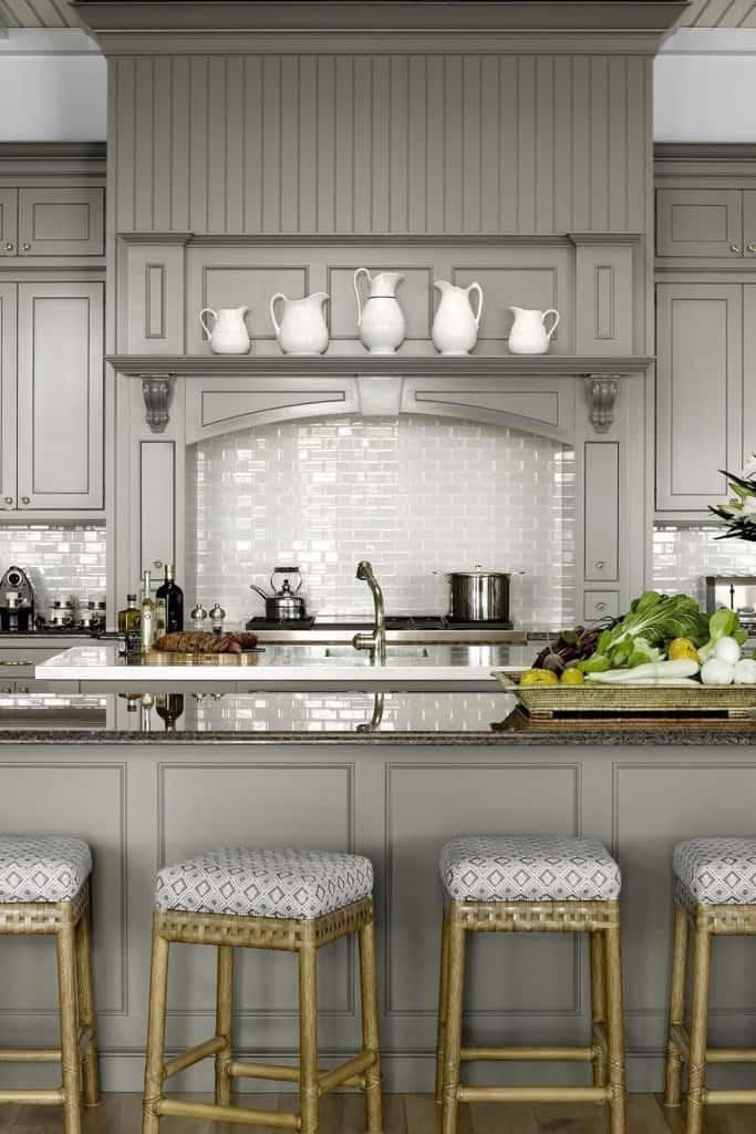 Soft-coloured grey kitchens (par. housebeautiful.com)