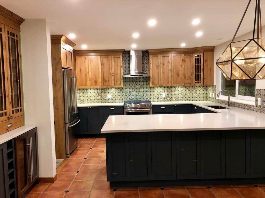 U-shaped Spanish kitchen cabinet (par. @alairhomesdelta)