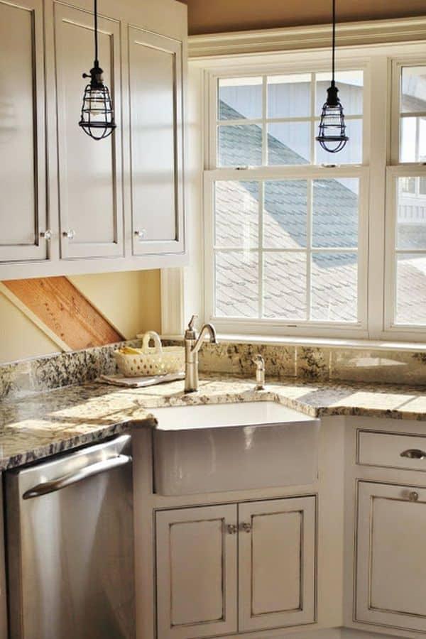 Vintage minimalist corner sink (from czytamwwwannie.blogspot.com)