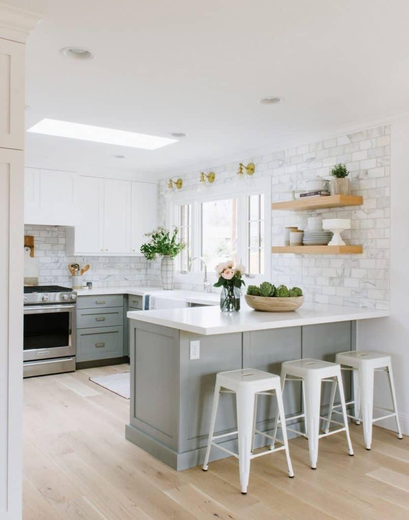 White and grey cabinets (par. studio-mcgee.com)