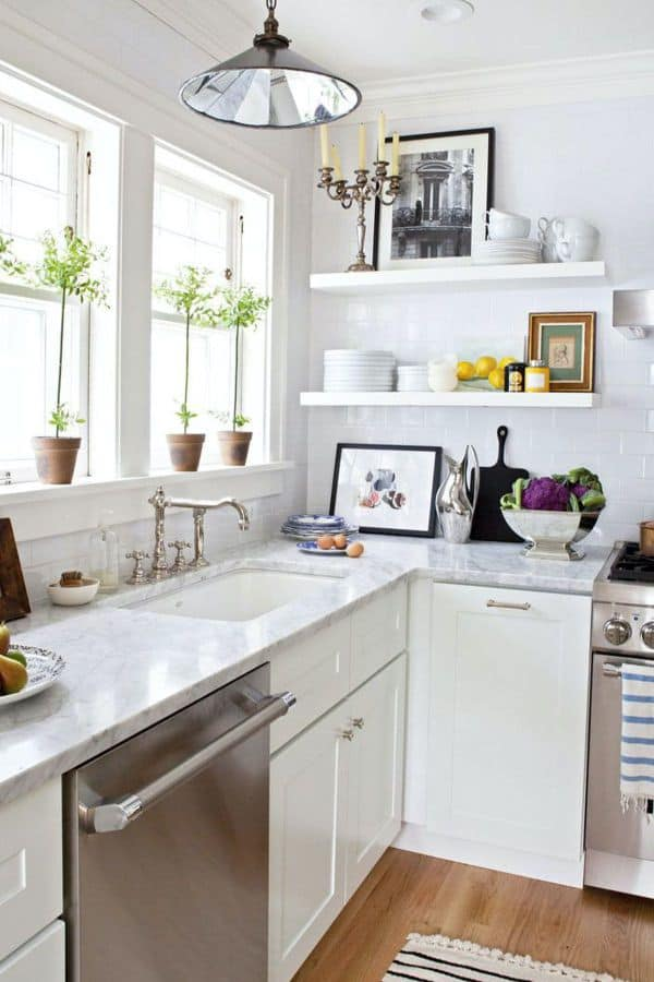 White cabinets for a small kitchen (par. housebeautiful.com)