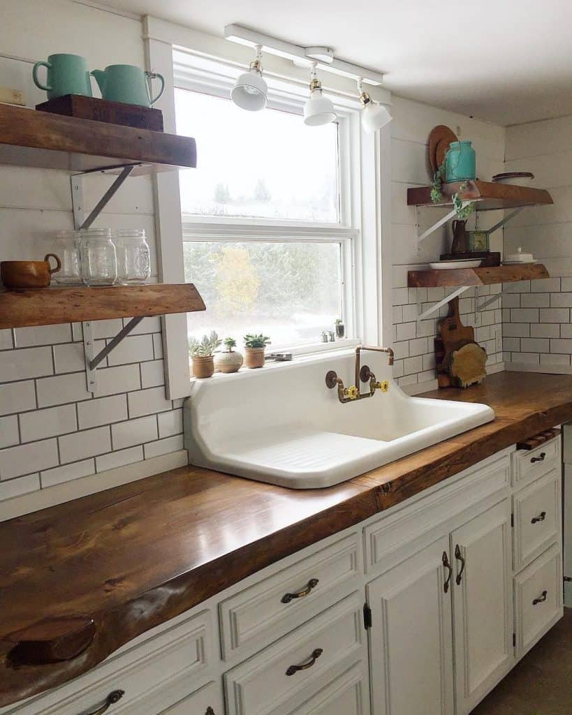 White country kitchen with floating shelves (par. @deupcyclingjunkies)