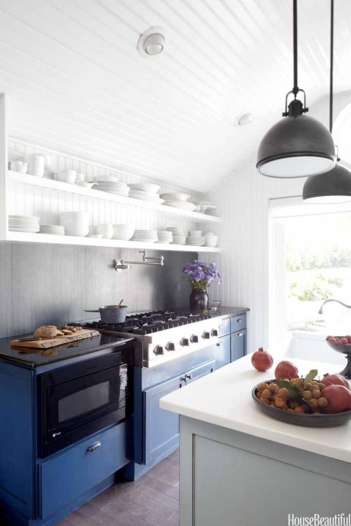 White country kitchen with light colours (par. housebeautiful.com)