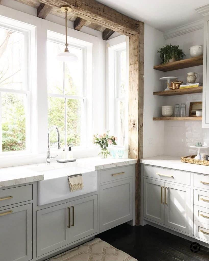 White kitchen decor with large wooden beams (par. @search_lucid)