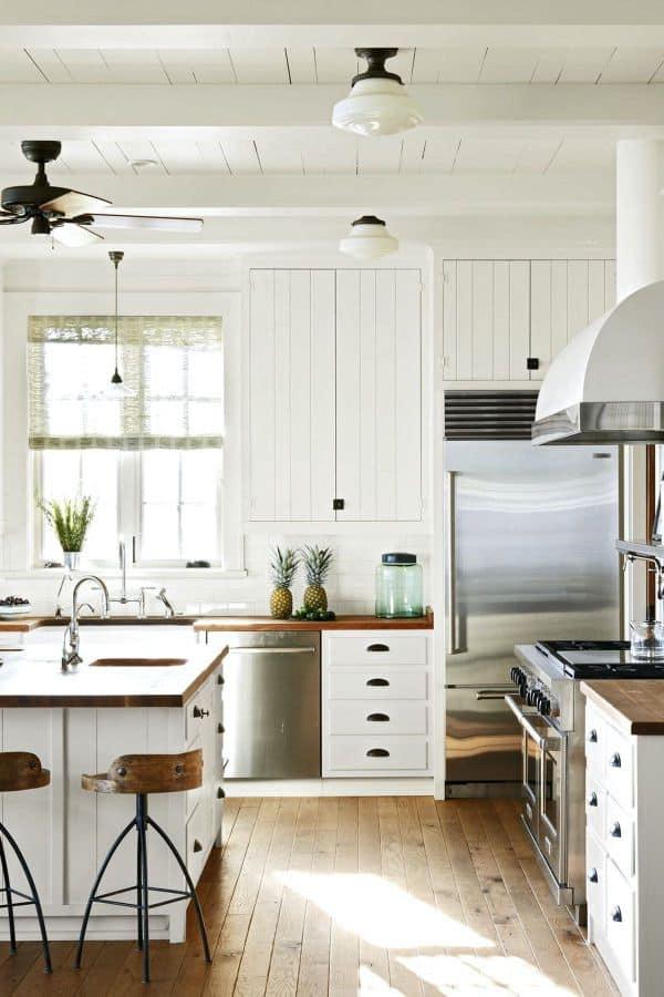White kitchen in a beach house (par. housebeautiful.com)