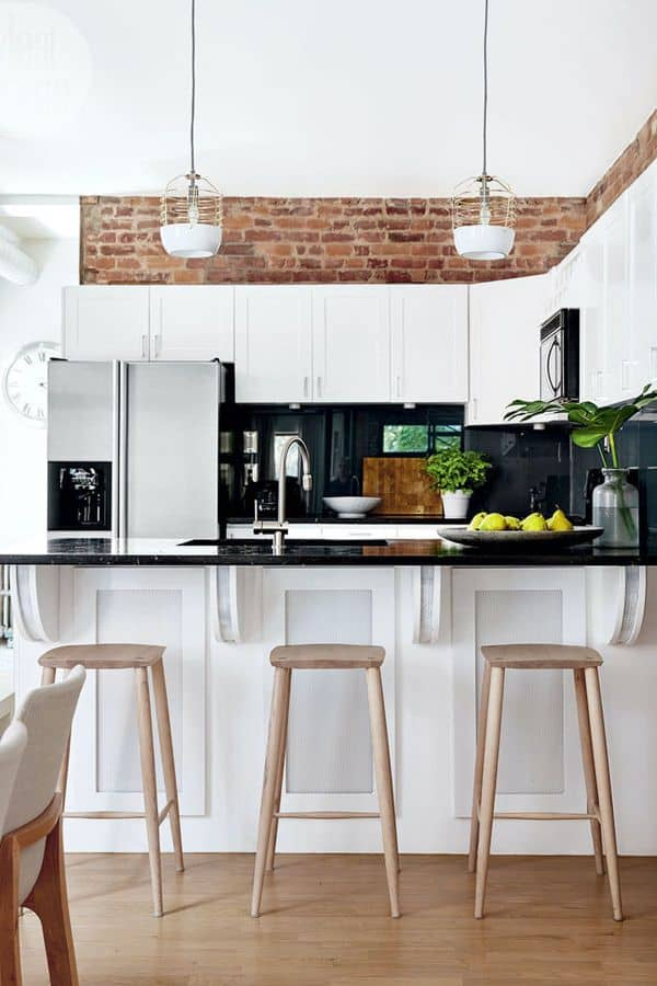 White kitchen in contrasting colors (by. larkandlinen.com)