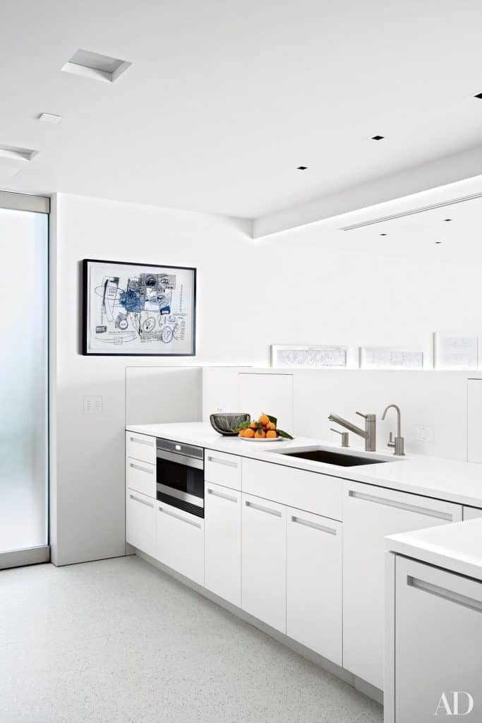 White kitchen with a modern and pure design (par. architdigest.com)