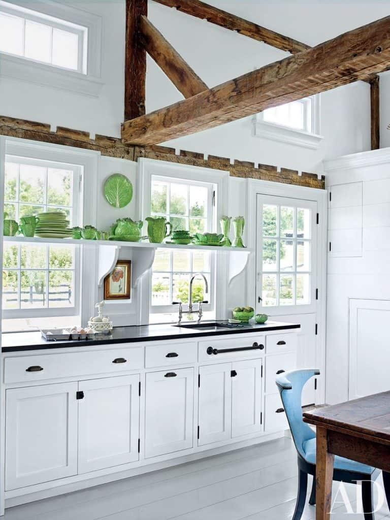 White kitchen with airy atmosphere (par. architdigest.com)