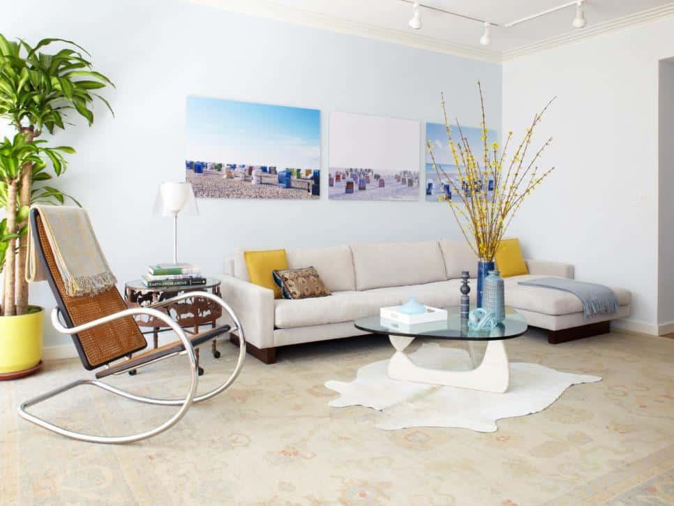 White living room with rocking chair (par. hgtv.com)